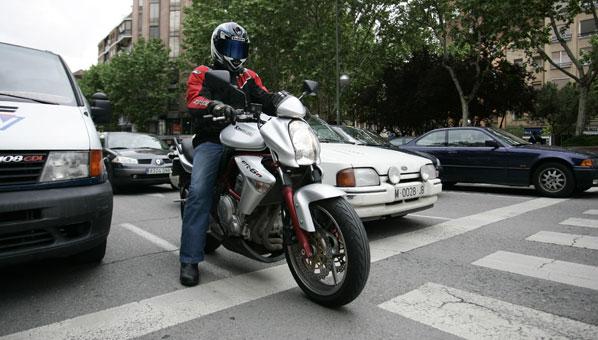 moto en ciudad parada ante un paso de peatones