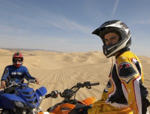 Dos jóvenes en quad en el desierto