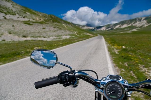 espejo de motocicleta - Istockphoto