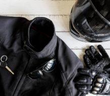 Chaqueta, casco de moto y guantes de motero