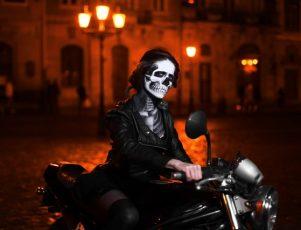 Halloween motero. Motera con disfraz terrorífico
