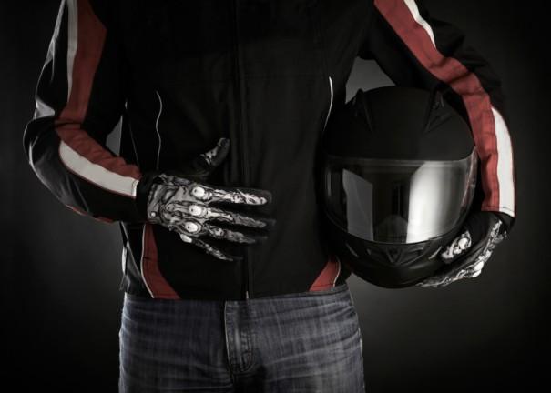 Motorista sujetando un casco de moto.