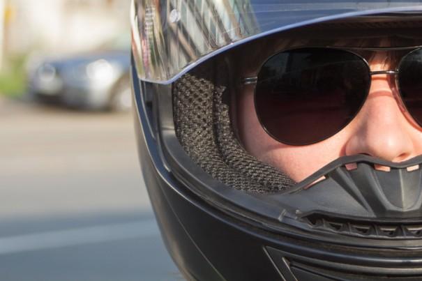 Motorista con casco y gafas de sol