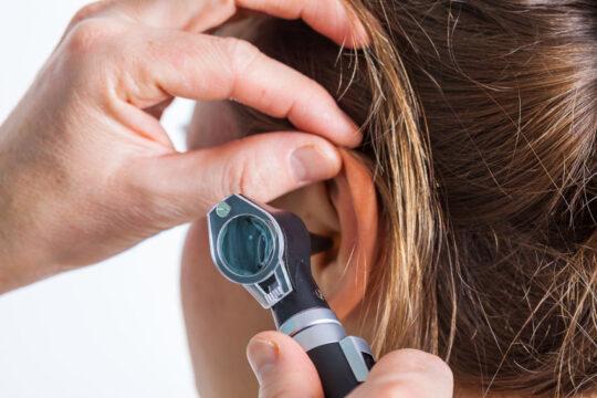 oreja de una mujer siendo examinada por un otorrino