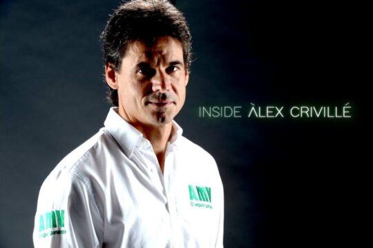 """Plano medio de Álex Crivillé sobre fondo negro con el título """"INSIDE ÁLEX CRIVILLÉ"""" portada de la serie documental"""