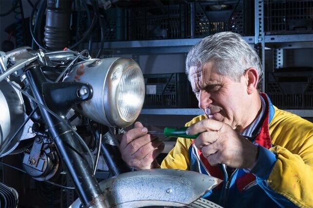 Un mecánico en la revisión ITV moto (iStock)