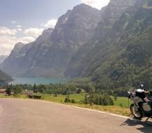 moto con maleta de gran capacidad estacionada