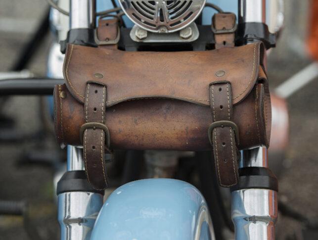 parte delantera de una moto clásica con un accesorio de equipaje para motos de cuero