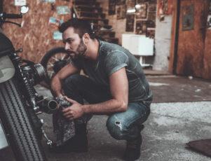 hombre realizando mantenimiento para moto