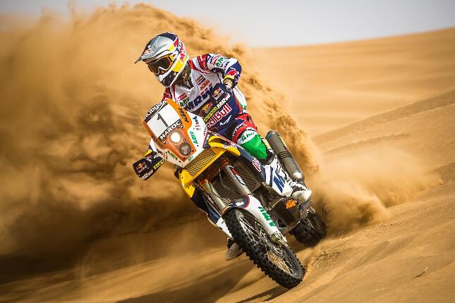Marc Coma en moto en el desierto