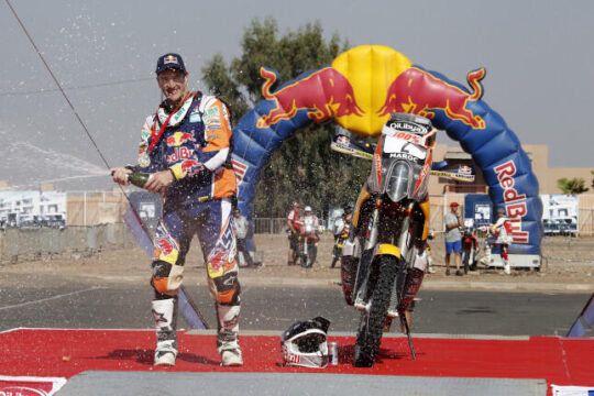 Marc Coma celebrando el título del Rally Dakar