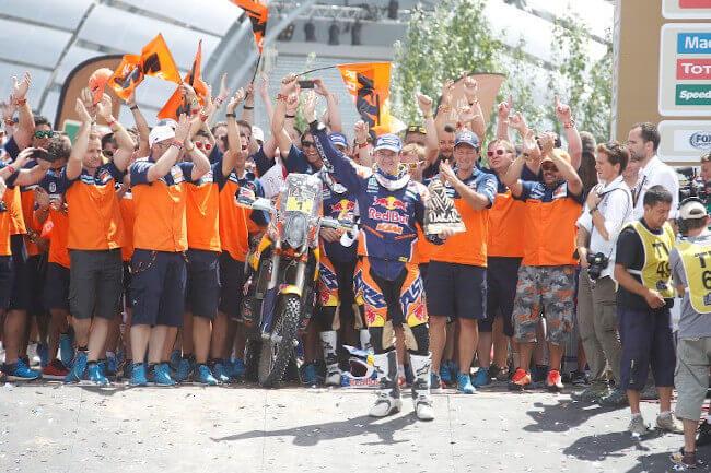 El piloto Marc Coma celebra su victoria en el Dakar 2015, en medio de las ovaciones en las afueras de la Casa Rosada en Buenos Aires. | AMV Prensa