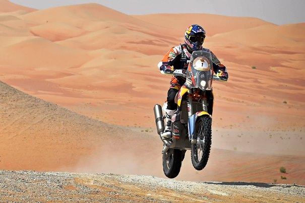 Marc Coma saltando en el desierto con su KTM.