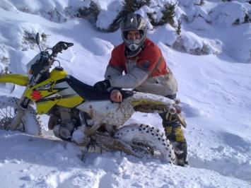 Moto de campo en la nieve