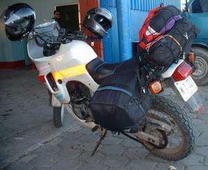 moto estacionada con bultos y alforjas laterales