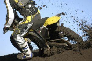 piloto de moto off road embarrado
