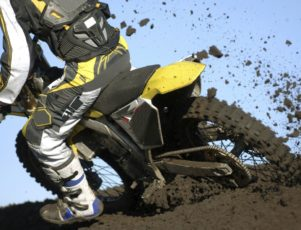 piloto de moto off road embarrado