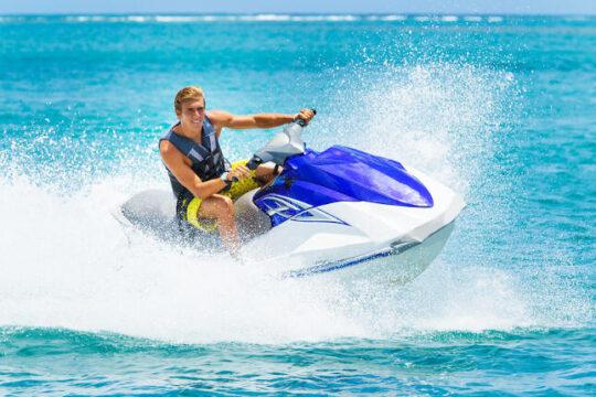 Motos de agua. Hombre navegando en el mar con su moto de agua. (Fotolia)