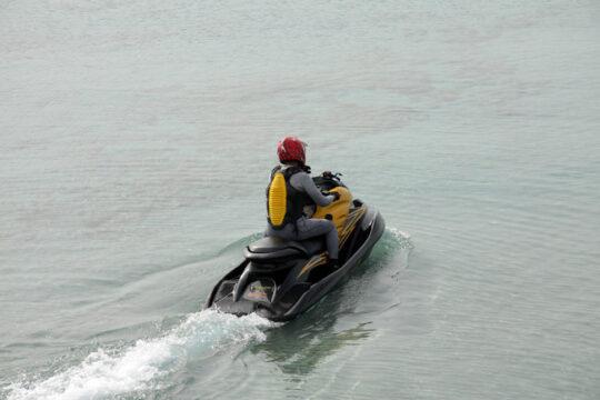 Moto de agua. Conductor de moto de agua con equipamiento de seguridad. (Fotolia).