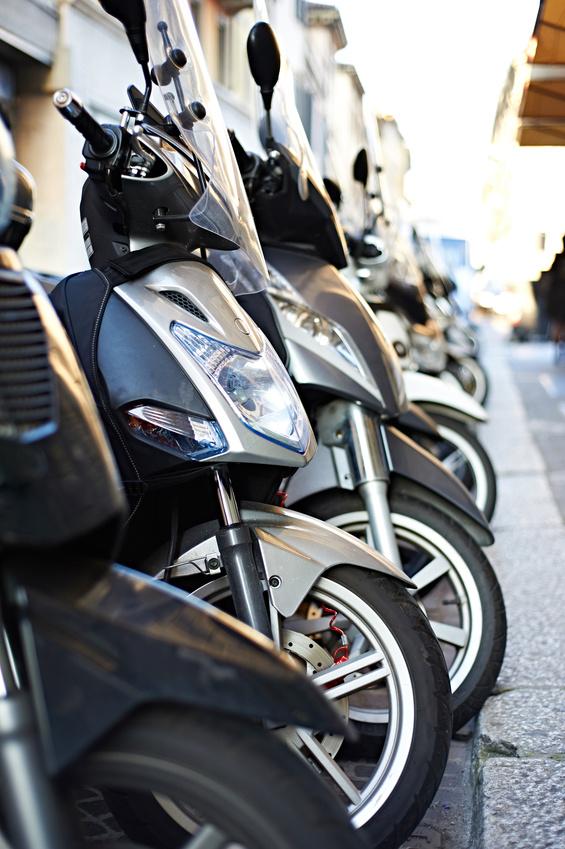Motos de segunda mano. Motos aparcadas en la ciudad. (Fotolia).