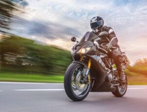 moto deportiva circulando veloz por una carretera