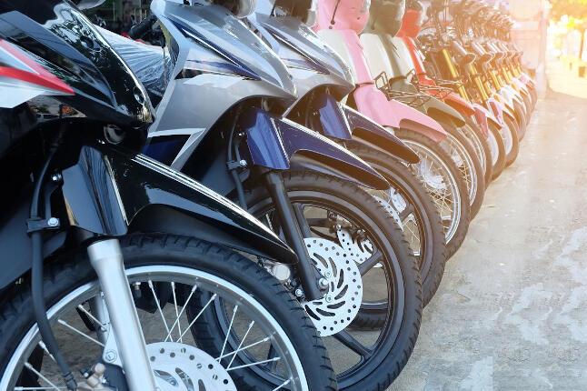 Hilera de motos aparcadas