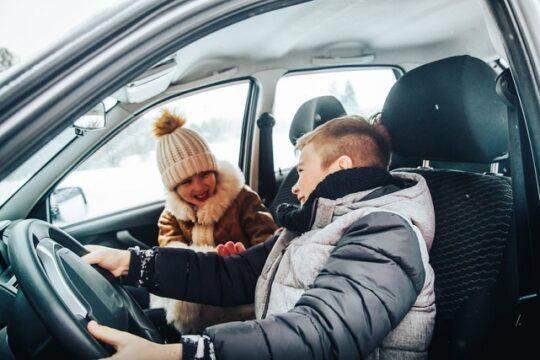 niños asiento delantero del coche