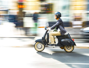 Imagen de una moto en paisaje urbano