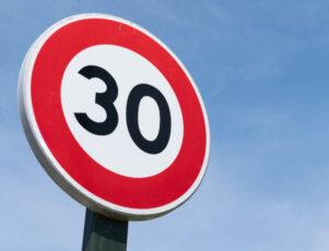 señal de límite de velocidad máximo 30 kilómetros por hora