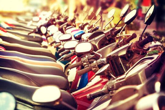 fila de scooters estacionados