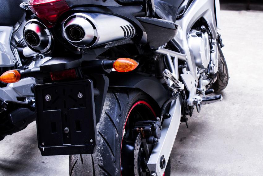 moto sin matrícula vista desde la parte trasera
