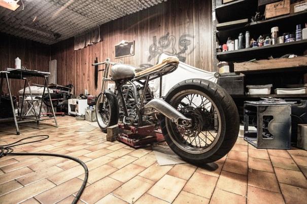 Cómo poner a punto la moto: imagen de una moto en el garage.