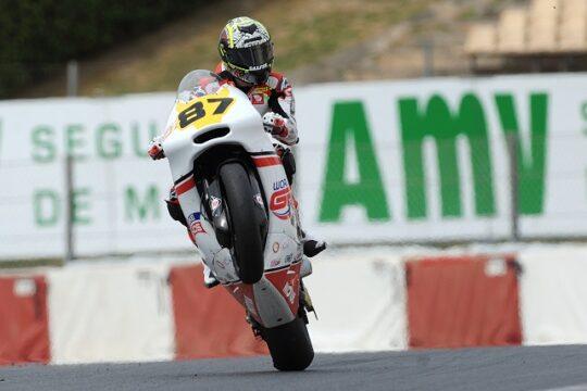 Piloto de moto en un circuito donde vemos el logo AMV