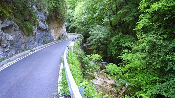 Artículo rutas en moto por España: imagen de un paisaje en Asturias.