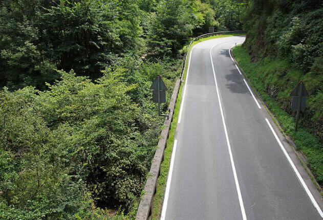 Artículo rutas en moto por el País Vasco: imagen de un paisaje con una carretera.