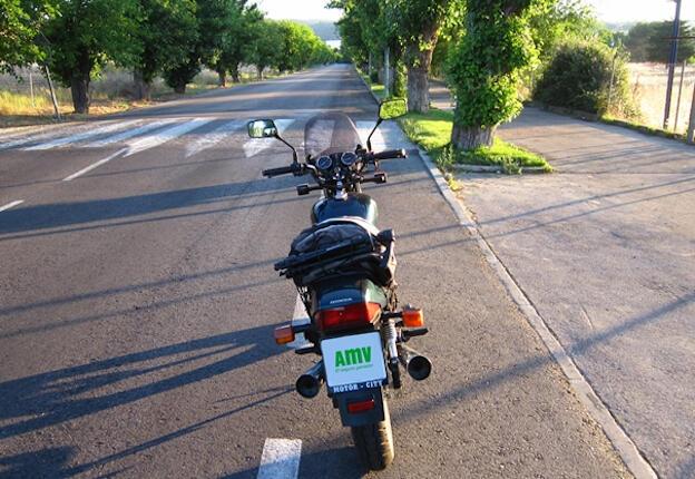 Rutas en moto por Madrid: magen de una moto aparcada en un costado de la carretera.