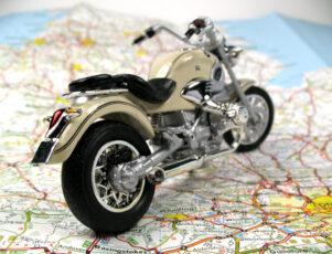 miniatura de una moto sobre un mapa