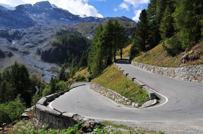 Ruta de curvas entre las montañas.