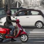 Scooter 125. Motorista en la ciudad. (Fotolia)