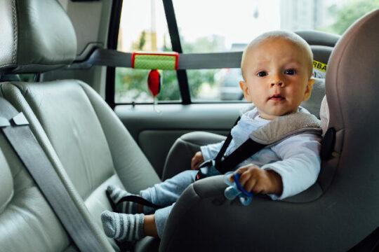 Bebe en una silla de coche a contramarcha
