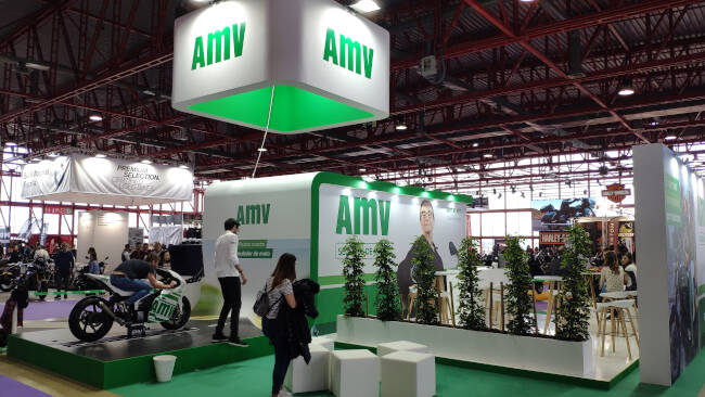 Visitante probando el simulador de moto de AMV en el Motorama Madrid 2020