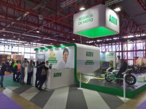 Visitantes del Motorama Madrid 2020 en el stand de AMV