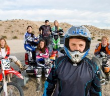 motoristas con trajes de motocross