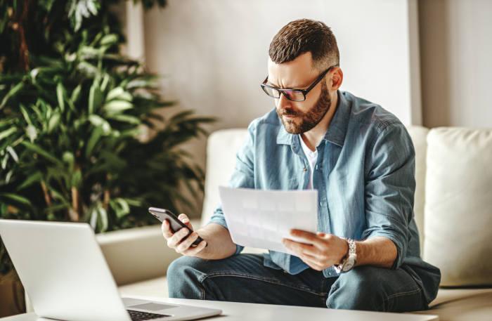 Un hombre realiza trámites administrativos a través de internet