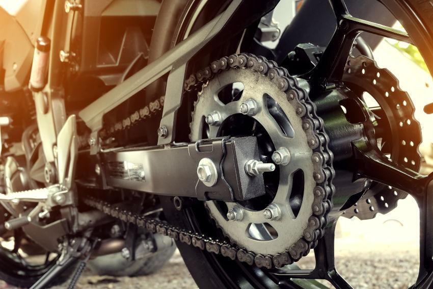 primer plano de la transmisión de una moto
