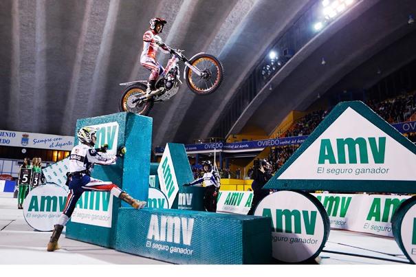 Moto superando obstáculos trial