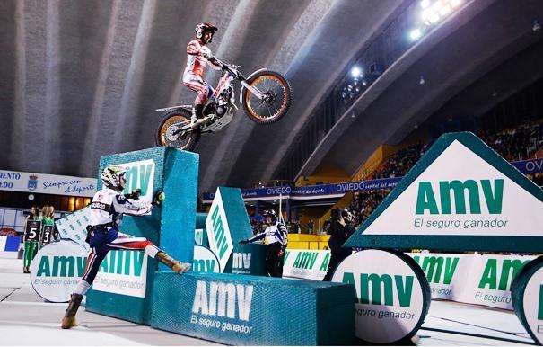 Moto sorteando por el aire obstáculos en el circuito de Trial Indoor de Oviedo. Una escena del show motero que se vivió en el Trial Indoor en el Palacio de los Deportes de Oviedo.