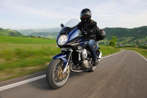 Artículo trucos para ahorrar gasolina: imagen de una moto recorriendo una carretera.