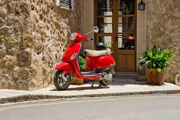 Imagen de una moto Vespa 125.