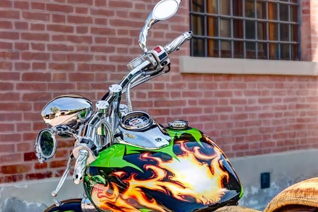Vinilo de moto: ejemplo de una moto con un vinilo enérgico (iStock)